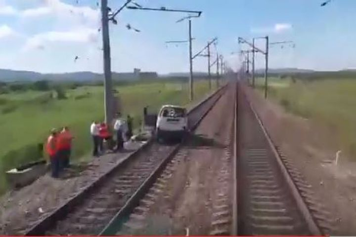 ВЧерниговке поезд столкнулся смикроавтобусом. необошлось без жертв