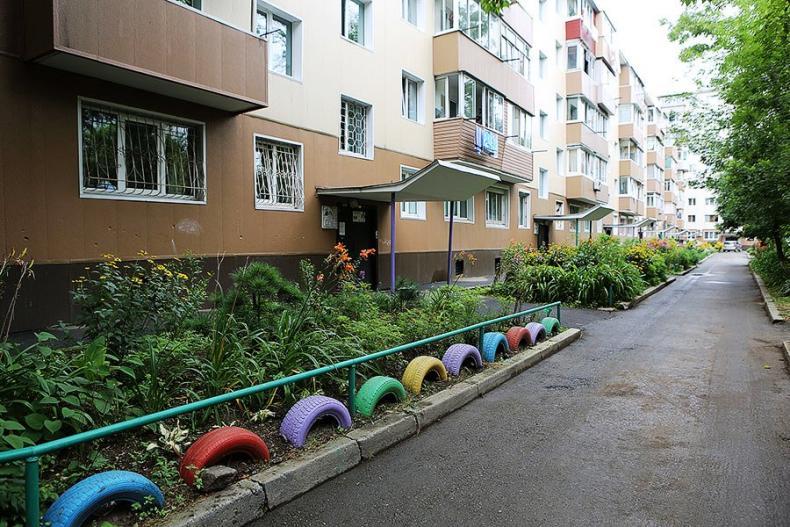 Во Владивостоке запретили «украшать» придомовые территории автомобильными покрышками