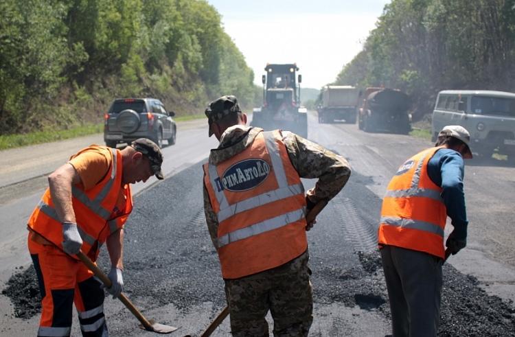 На севере Приморья ремонтируют автодорогу