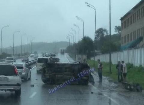 Перевернувшееся такси заблокировало дорожное движение во Владивостоке