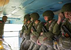 Фото: Пресс-служба ВВО | В Приморье морские пехотинцы отрабатывают десантирование с воздуха