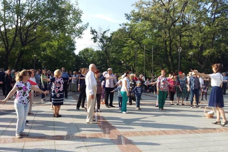 «Летние вечера 50+» собирают во Владивостоке сотни пенсионеров