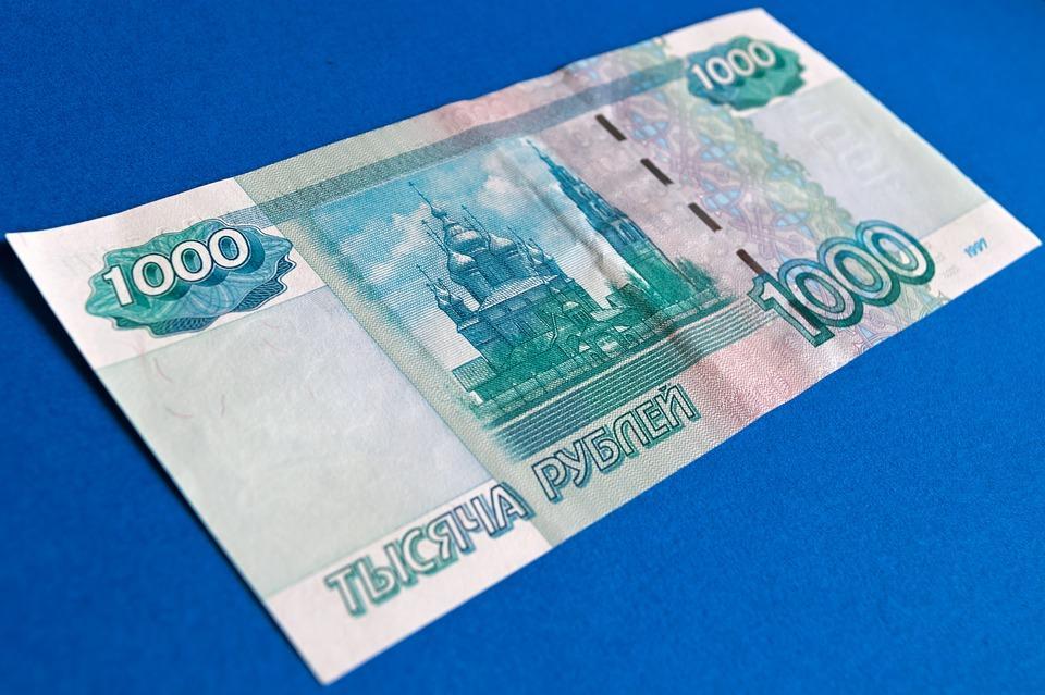 «Люди бегают и собирают»: «купюры по 1000 руб.» разбросали по трассе в Приморье