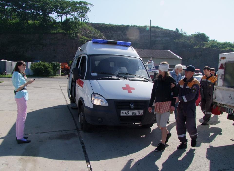 Спасатели эвакуировали женщину с острова в Приморье
