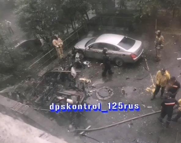Во Владивостоке во дворе жилого дома взорвался автомобиль