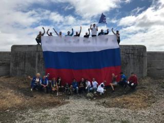 Фото: «Единая Россия»   Активисты из Владивостока в День флага провели субботники на пляжах