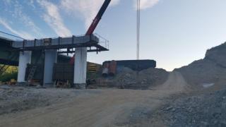 """Фото: """"Примавтодор""""   Строители приступили к монтажу ригелей на мосту в Ольгинском районе"""