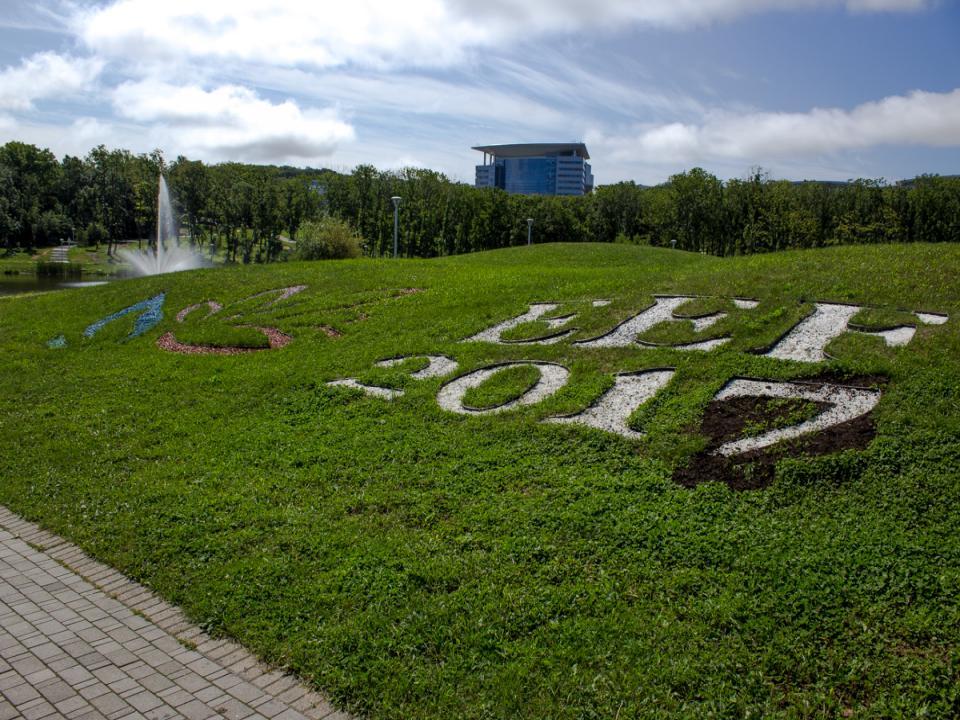 Русский остров готовится к ВЭФ: ровные дороги, новые парковки и свежая трава (ФОТО)