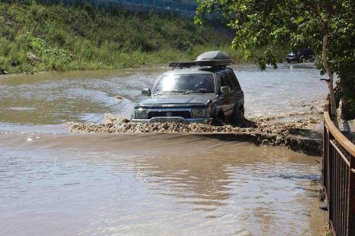 Лужи, аварии и пробки: из-за непогоды Владивосток снова ушел под воду