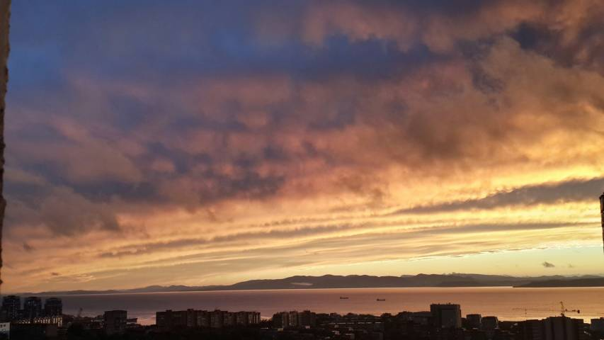 Необычный закат и двойная радуга во Владивостоке взорвали соцсети