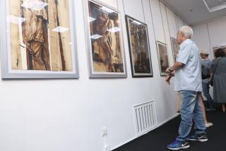 Фото: Екатерина Дымова / PRIMPRESS   «Золотые струны»: во Владивостоке открылась выставка новосибирского художника
