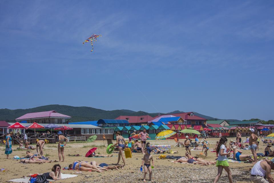 «Делал это при всех»: некрасивый поступок мужчины на пляже обсуждают в Приморье