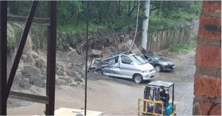 Фото: скиншот dpskontrol_125rus   Машины всмятку: рухнула недавно отремонтированная подпорная стена
