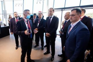 Фото: АО «Восточный Порт»   Министр промышленности и торговли РФ Денис Мантуров осмотрел экспозицию АО «Восточный Порт»
