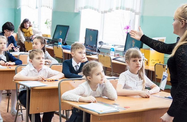 Чтобы получать среднюю зарплату, приморскому учителю приходится работать за двоих