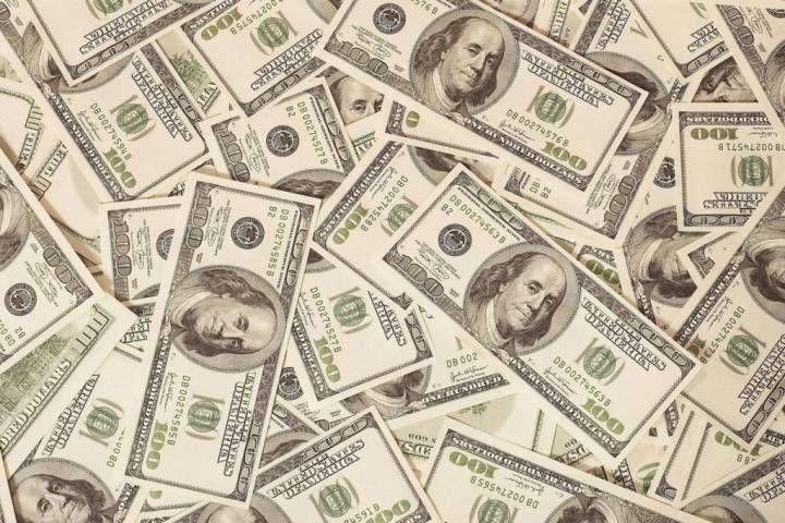 Официальный курс доллара поднят на7 копеек, евро потерял чуть неменее копейки