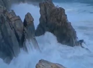 Фото: кадр из видео   «Самая красивая смерть»: видео, снятое в разгар тайфуна, набирает популярность