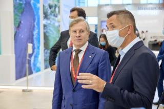 Фото: Восточный Порт | Министр транспорта РФ посетил стенд АО «Восточный Порт» на ВЭФ-2021