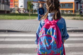 Фото: freepik.com | «Не может 500 метров пройти?»: владивостокцы обрушились с критикой на родителей школьников