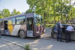 Пассажирский автобус «догнал» легковушку во Владивостоке