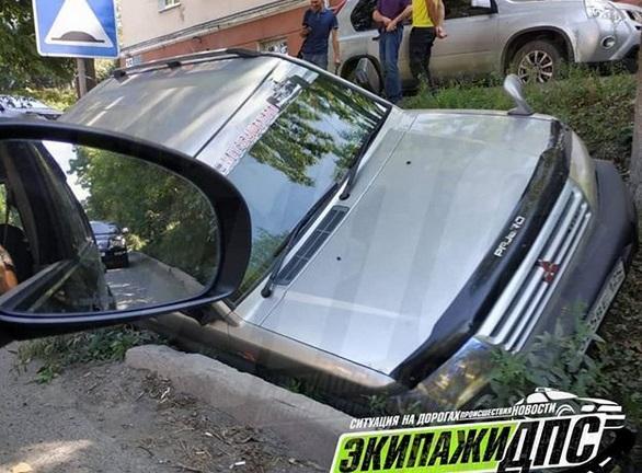 Автомобиль съехал в кювет во время движения во Владивостоке