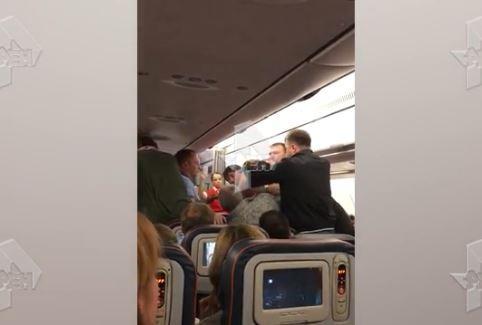 Опубликовано видео жесткого «шоу» на борту самолета Москва-Владивосток