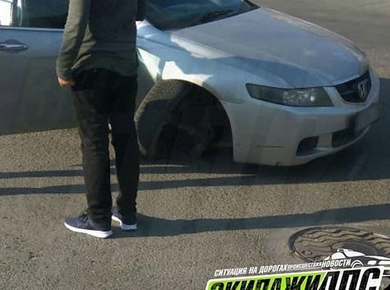 Автомобиль остался без колеса из-за ямы на дороге во Владивостоке