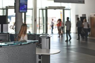 Фото: Pexels   Озвучена зарплата секретаря на ресепшен во Владивостоке