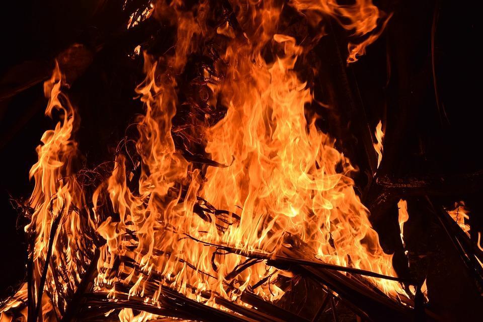 Ночью на набережной острова Русского произошел крупный пожар