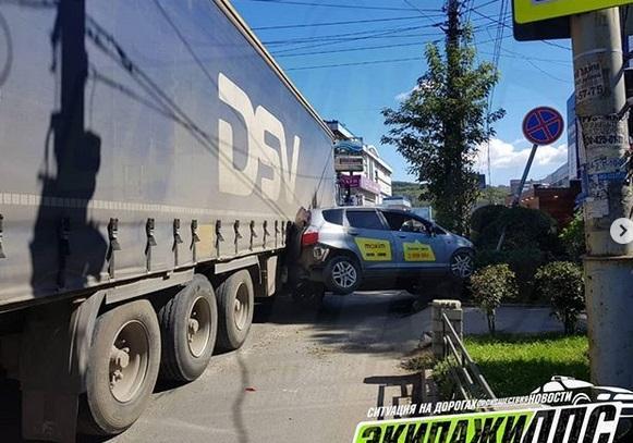 Необычная авария собрала пробку во Владивостоке