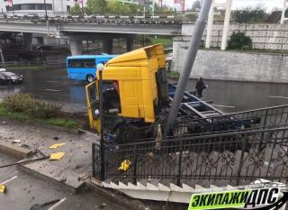Фото: dps_vl | Во Владивостоке фура врезалась в виадук и столб
