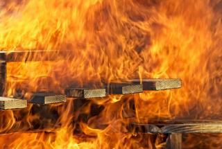 Фото: freepik.com   В огненной ловушке: владивостокцы не смогли самостоятельно выбраться из горящего дома
