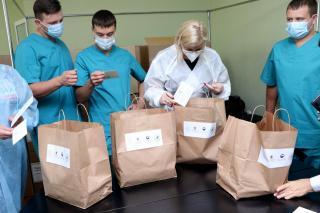 Фото: Екатерина Дымова / PRIMPRESS | Корейское консульство передало обеды приморским врачам, работающим с COVID-пациентами
