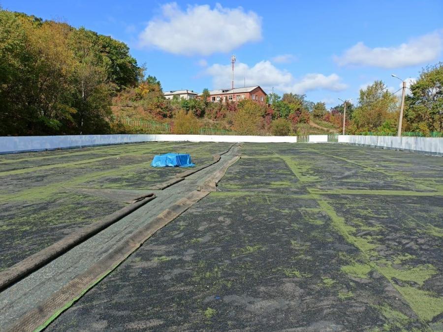 Терминал Астафьева укладывает газон на пришкольном стадионе в Находке