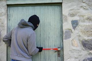 Во Владивостоке преступники обворовали торговый павильон, вырезав заднюю стенку