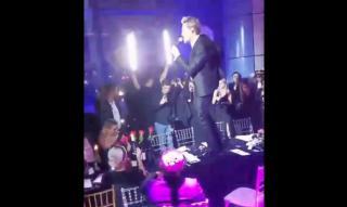 Фото: скриншот видео | Дима Билан приехал во Владивосток и выступил на столе во время благотворительного ужина