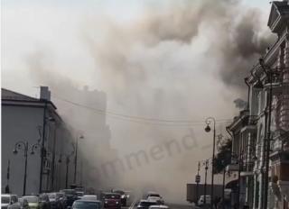 Фото: скриншот видео irecommend_vdk. | «Горит крыша кафе»: крупные клубы дыма в центре Владивостока напугали горожан