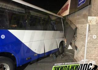 Фото: dps_vl | В эти минуты: автобус пошел на жилой дом во Владивостоке