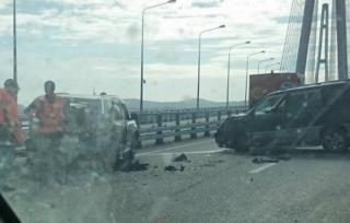 Автоледи снесла автомобиль дорожных рабочих на Русском мосту