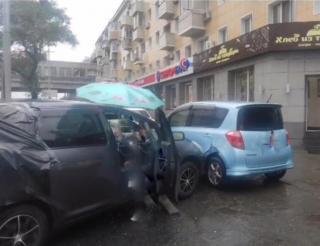 Фото: @ak_vdk   «Образовались пробки»: во Владивостоке произошло массовое ДТП
