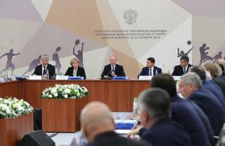 Фото: kremlin.ru | Шесть предложений по развитию спорта в регионах представил президенту РФ Олег Кожемяко