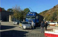 Во Владивостоке фура протаранила машину
