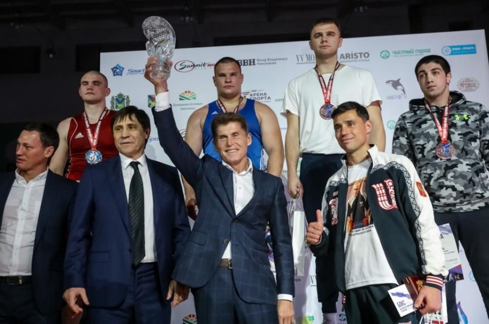 Олег Кожемяко наградил победителей Всероссийского турнира по боксу во Владивостоке