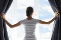 Неизвестные закрасили окна квартиры жительницы Владивостока черной краской