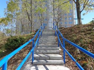 Жители владивостокского БАМа получили новую лестницу