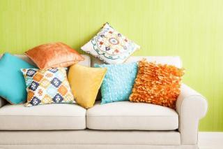 Фото: freepik.com   Почему мнутся подушки дивана?