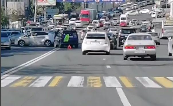 Километровая пробка образовалась в результате аварии в центре Владивостока