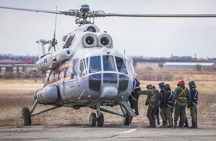 Парашютисты-десантники помогают тушить приморские леса