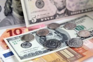 Фото: PRIMPRESS | Курс доллара опустился ниже 77 рублей