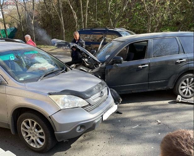 «Ну, как обычно, ползем»: жесткое ДТП спровоцировало серьезную пробку во Владивостоке